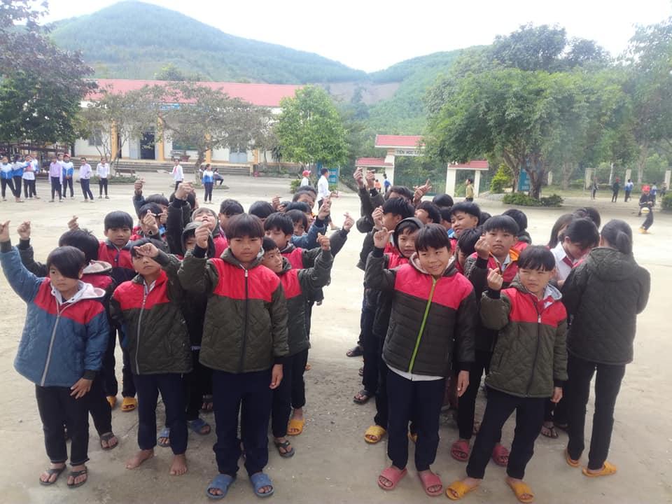 Tặng áo ấm cho học sinh nghèo vùng sâu, vùng xa huyện M'Drắk