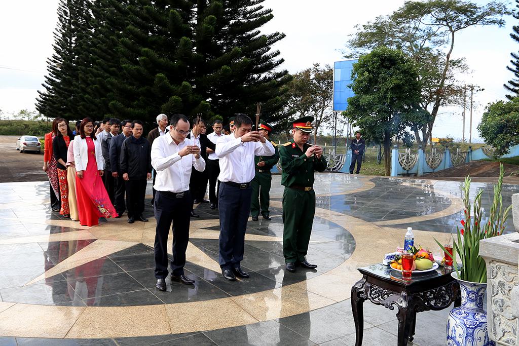 Ngành Thông tin và Truyền thông viếng Đài tưởng niệm các liệt sỹ Giao bưu – Thông tin liên lạc Tây Nguyên nhân kỷ niệm 75 năm Ngày thành lập Quân đội nhân dân Việt Nam