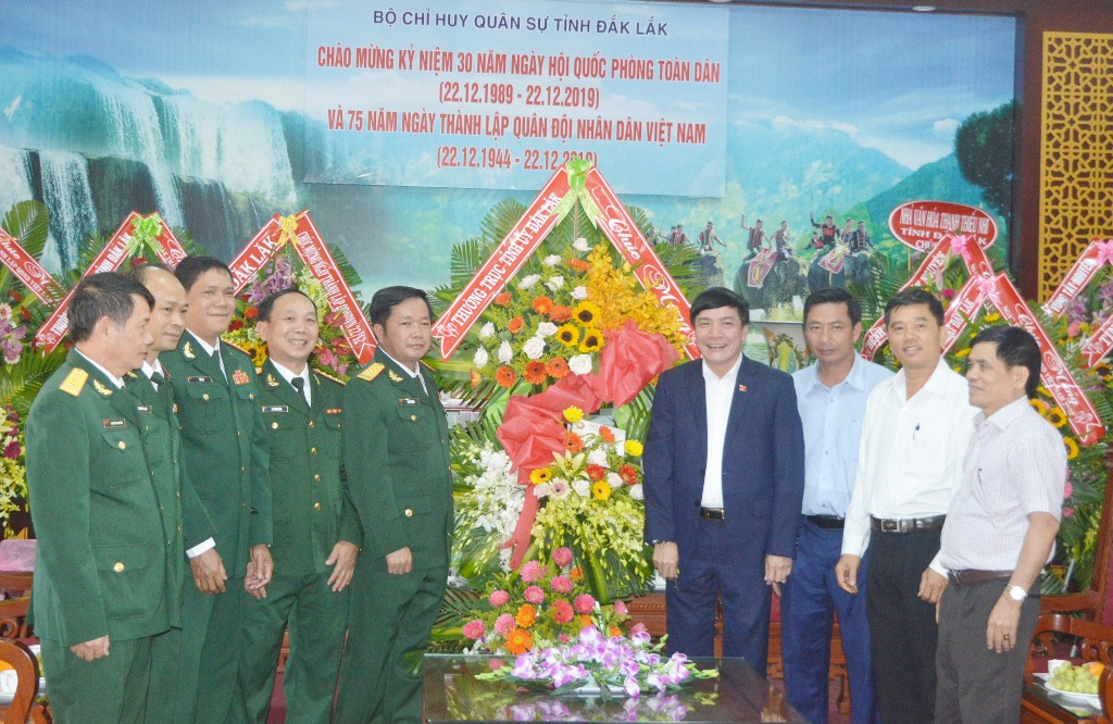 Bí thư Tỉnh ủy Bùi Văn Cường thăm, chúc mừng các đơn vị quân đội nhân ngày 22/12
