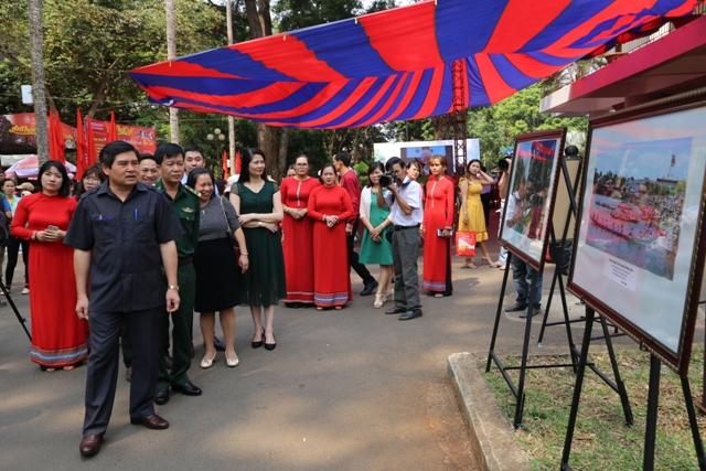 """Tổ chức triển lãm """"Lịch sử hình thành và phát triển tỉnh Đắk Lắk qua tài liệu lưu trữ""""."""