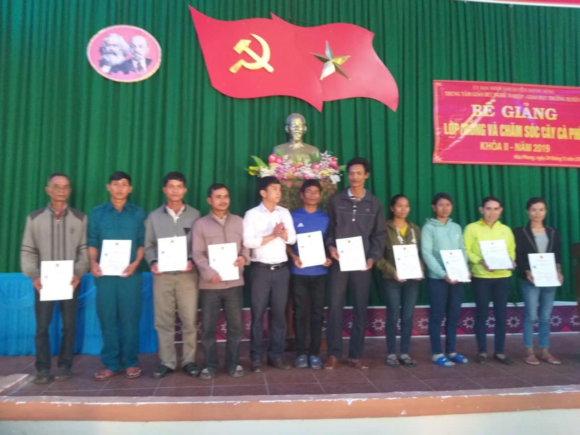 Bế giảng lớp dạy nghề trồng và chăm sóc cây cà phê ở xã Hòa Phong