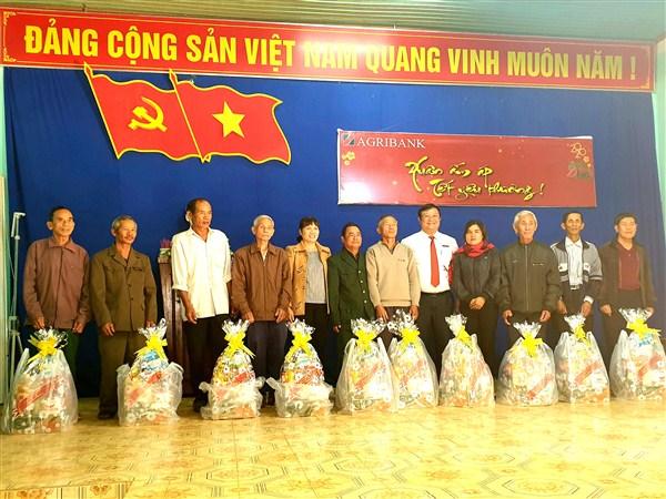 Văn phòng đại diện Agribank khu vực miền Trung tặng 100 suất quà Tết tại xã Dur Kmăl, Krông Ana