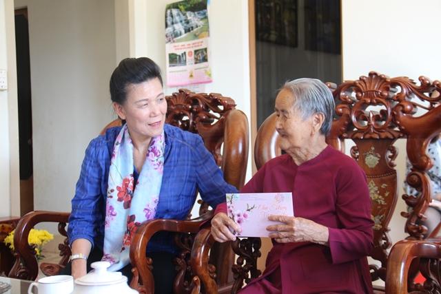 Trung ương Hội Liên hiệp phụ nữ Việt Nam thăm, tặng quà Mẹ Việt Nam Anh hùng tại thành phố Buôn Ma Thuột