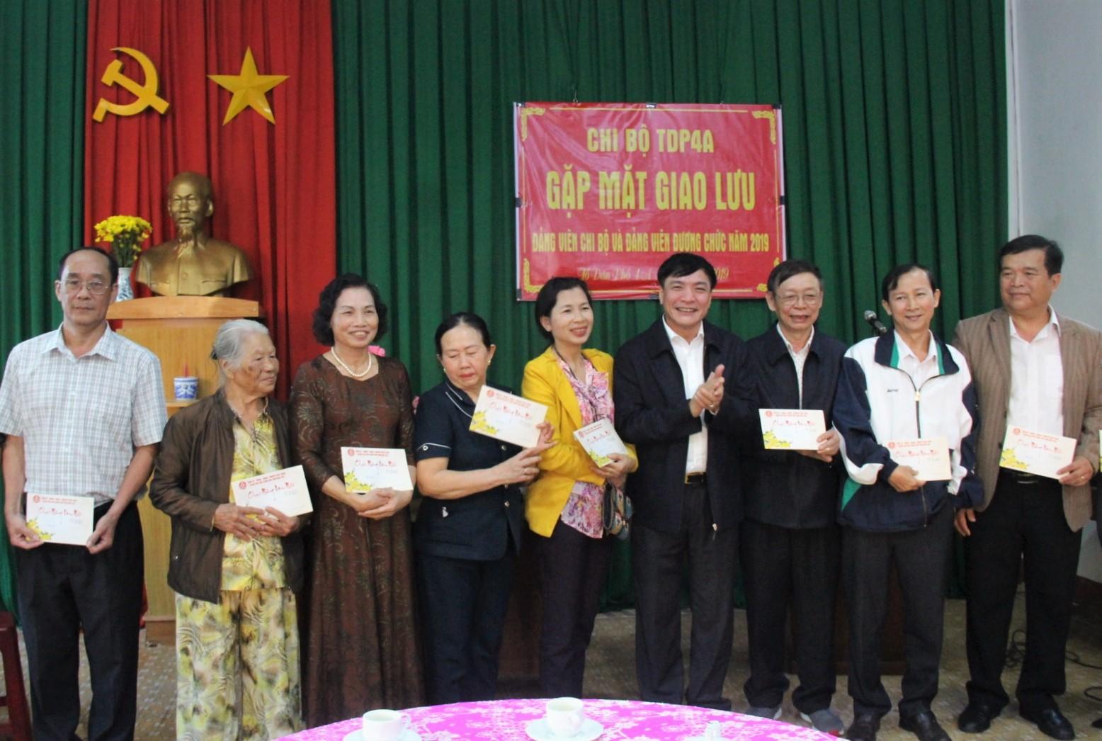 Bí thư Tỉnh ủy Bùi Văn Cường gặp mặt cán bộ, nhân dân Tổ dân phố 4A, phường Tân Lợi