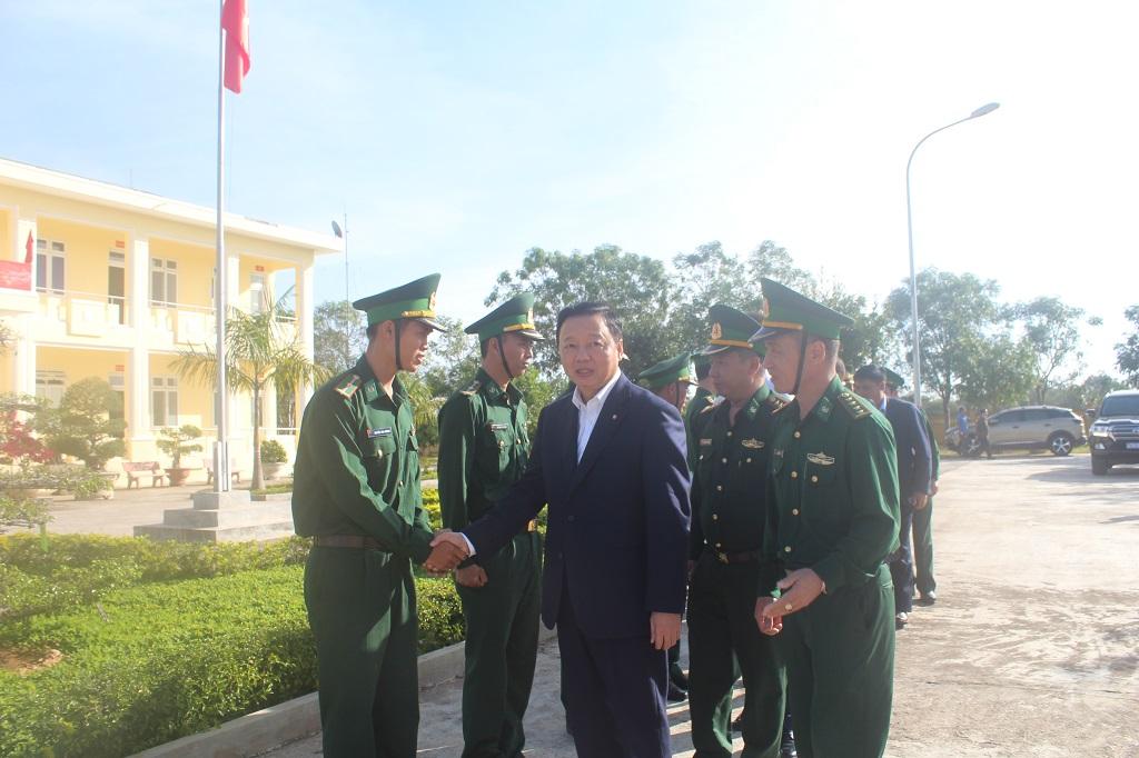 Bộ trưởng Bộ Tài nguyên và Môi trường thăm, chúc Tết cán bộ, chiến sĩ Tiểu đoàn Huấn luyện - Cơ động