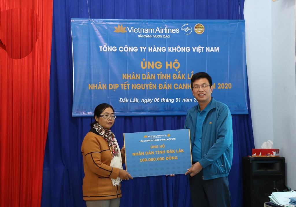 Tiếp nhận 100 triệu đồng hỗ trợ các hộ nghèo dịp Tết Nguyên đán Canh Tý 2020