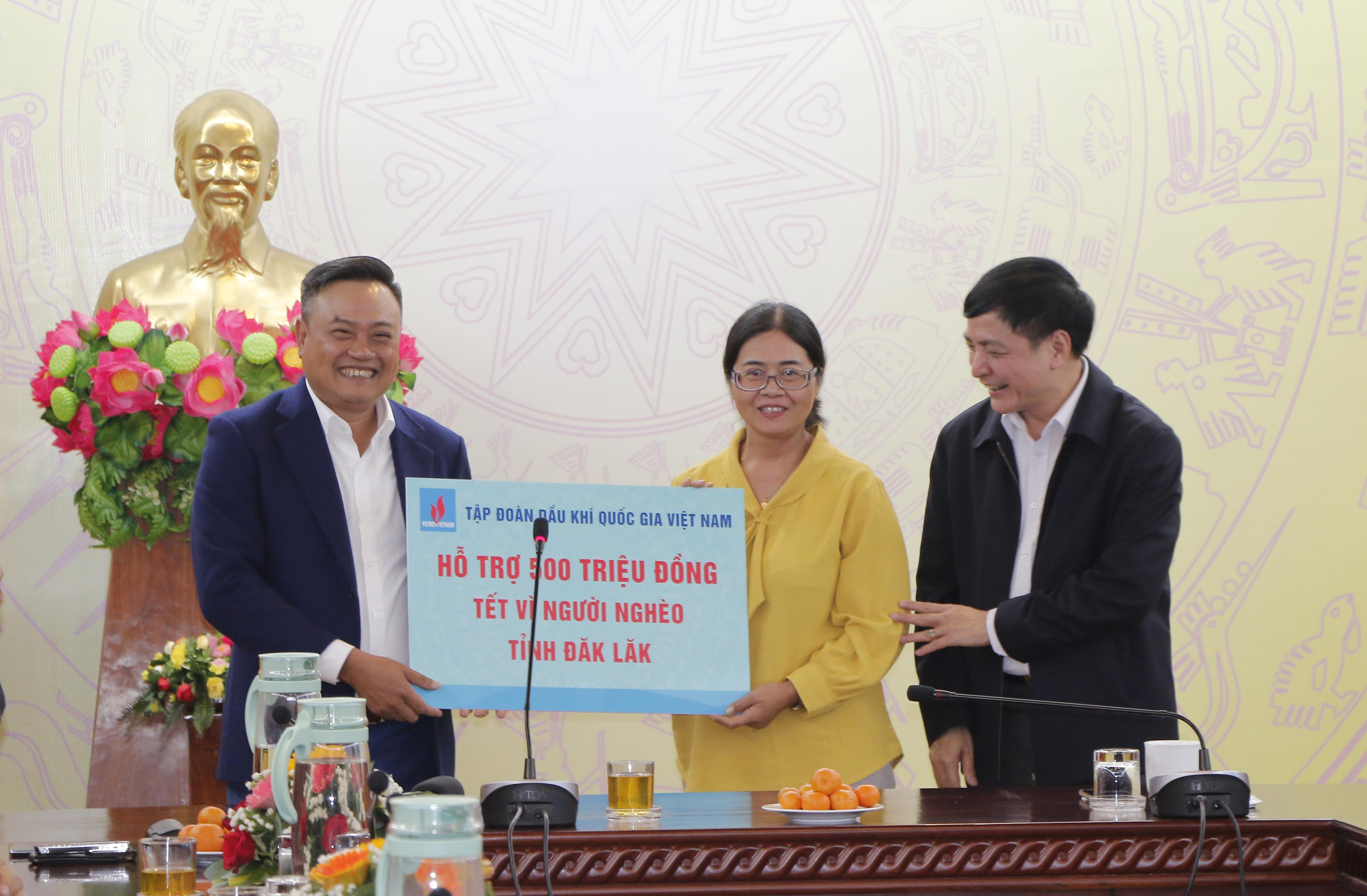 Tập đoàn Dầu khí Việt Nam hỗ trợ 500 triệu đồng cho người nghèo tỉnh Đắk Lắk đón Tết