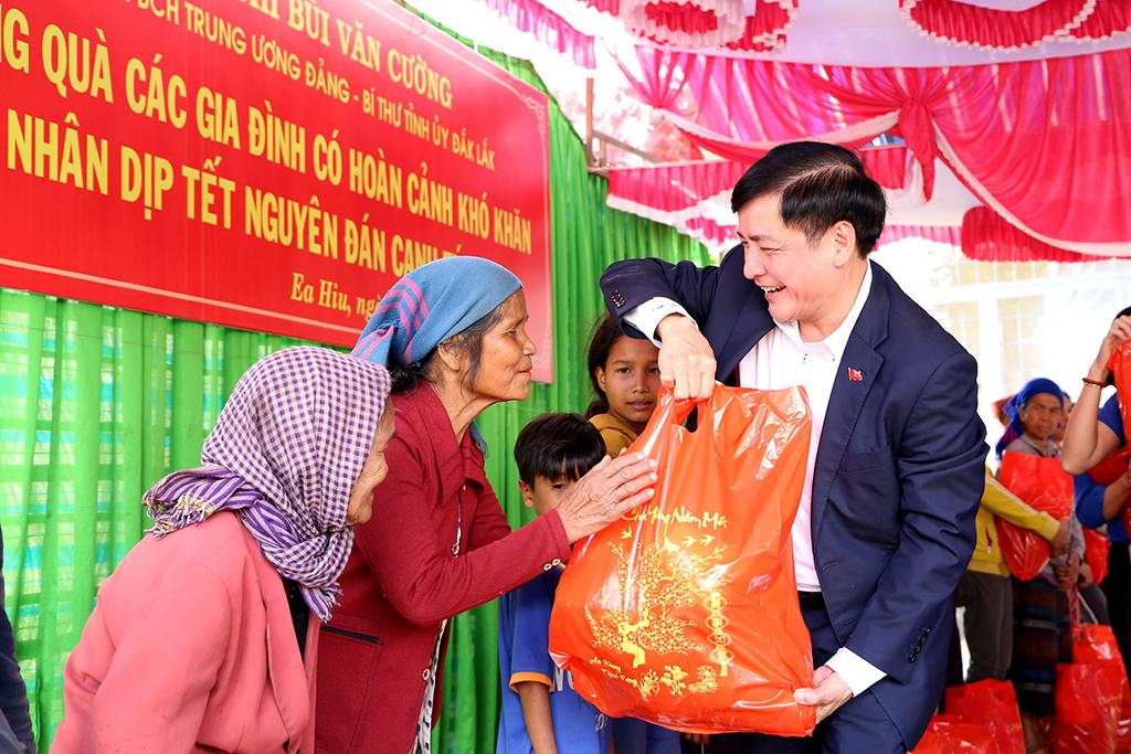 Bí thư Tỉnh ủy Bùi Văn Cường thăm và tặng quà các hộ gia đình khó khăn tại xã Ea Hiu