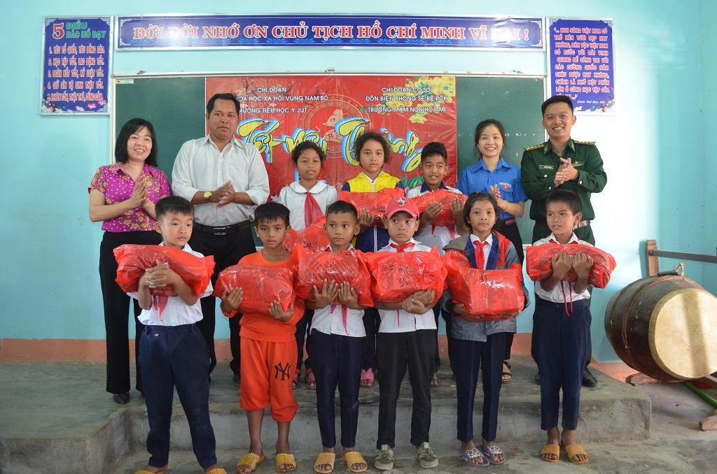 Trao 100 suất quà cho các em học sinh vùng biên giới