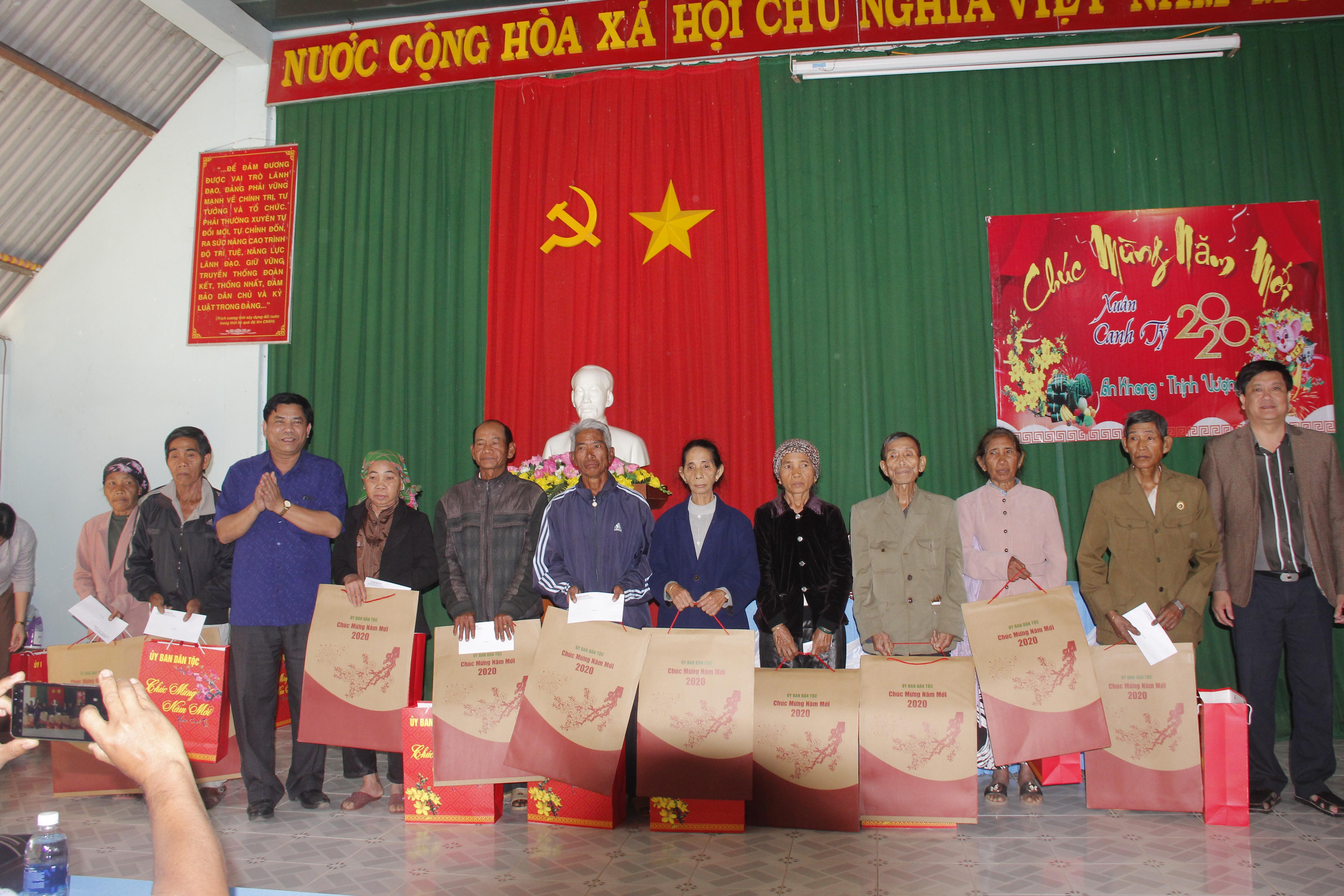 Đoàn công tác của Ủy ban Dân tộc thăm, tặng quà tại các xã đặc biệt khó khăn của huyện Krông Bông