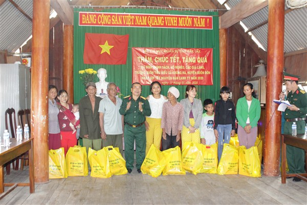 Bộ Chỉ huy Quân sự tỉnh thăm, chúc Tết, tặng quà các hộ nghèo và hộ gia đình chính sách tại buôn Đrăng Phôk xã Krông Na