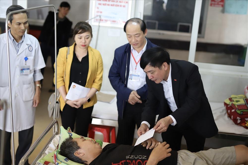 Lãnh đạo tỉnh Đắk Lắk thăm, tặng quà bệnh nhân nghèo điều trị tại Bệnh viện Đa khoa vùng Tây Nguyên