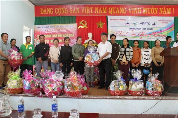 Hơn 200 suất quà Tết trao cho các hộ nghèo trên địa bàn xã Ea Nuôl