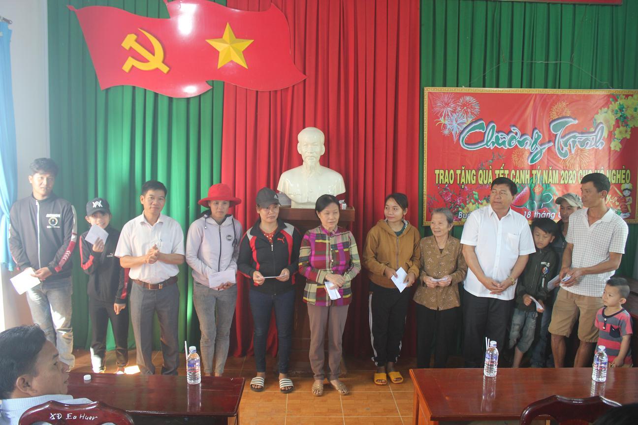 Tặng 100 suất quà Tết cho hộ nghèo xã Ea Wer và Ea Huar