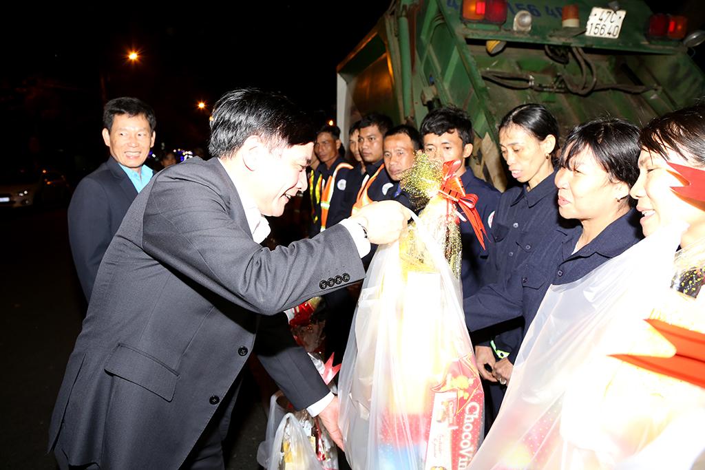Bí thư Tỉnh ủy Bùi Văn Cường trao quà tận tay các công nhân vệ sinh làm việc xuyên Tết