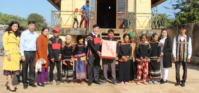 Bí thư Tỉnh ủy thăm mô hình kinh tế, tặng quà buôn Ea M'droh, huyện Cư Mgar