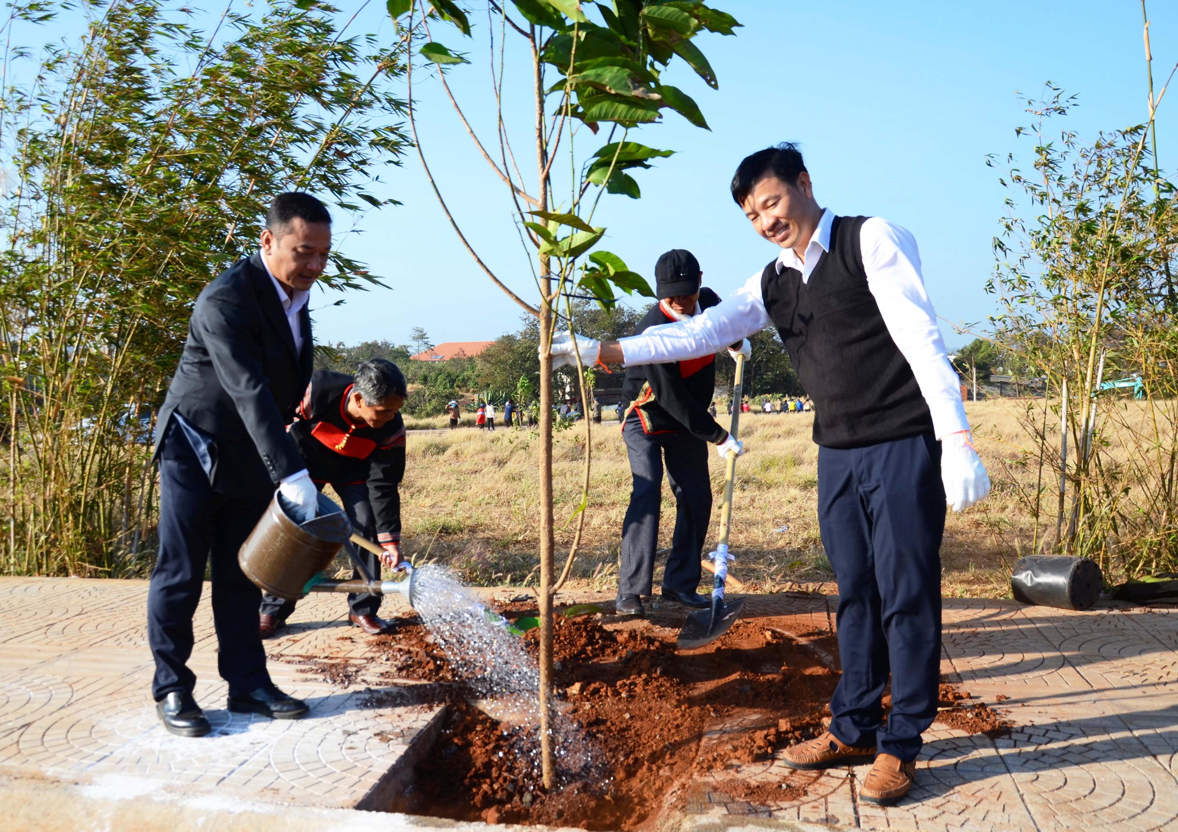 Lãnh đạo UBND tỉnh tham gia trồng cây tại Bảo tàng Thế giới Cà phê