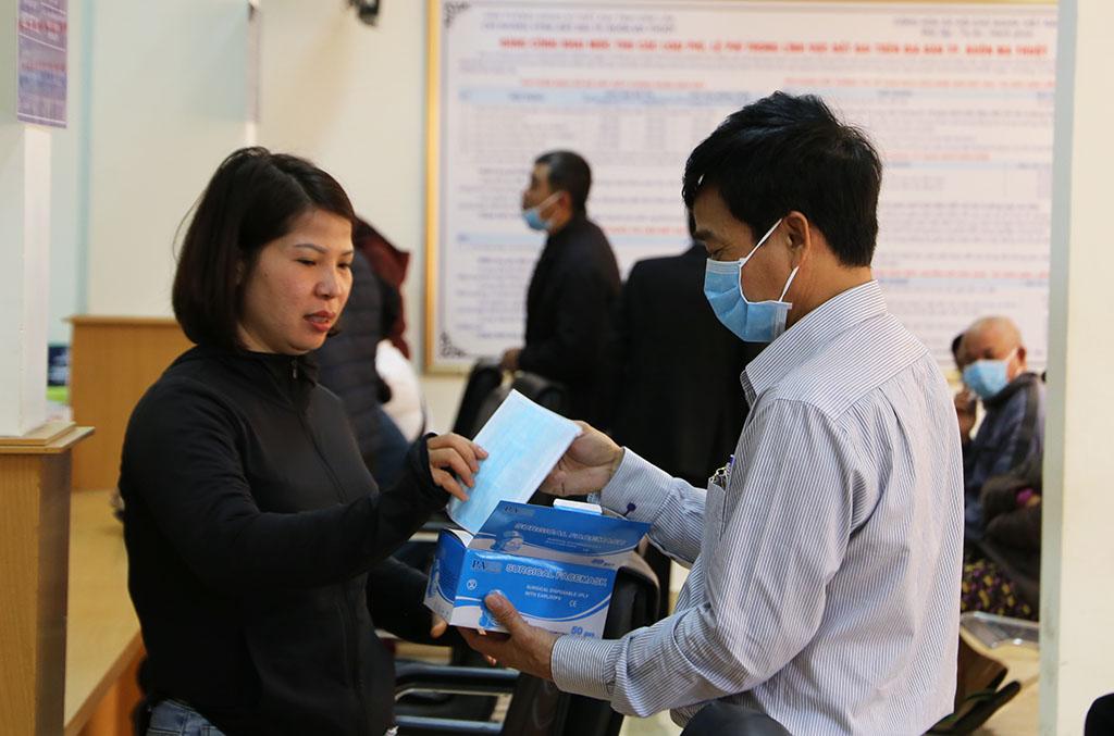UBND thành phố Buôn Ma Thuột phát khẩu trang miễn phí cho người dân đến giao dịch tại Bộ phận Tiếp nhận và Trả kết quả giải quyết thủ tục hành chính