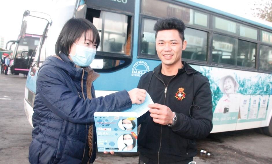Bến xe liên tỉnh Đắk Lắk phát gần 6.000 khẩu trang y tế cho người dân