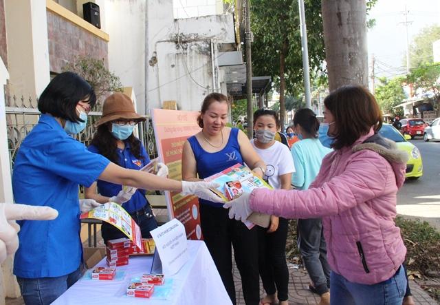 Đoàn cơ sở Viện Vệ sinh Dịch tễ Tây Nguyên tuyên truyền, tặng khẩu trang và xà phòng sát khuẩn cho người dân TP.Buôn Ma Thuột