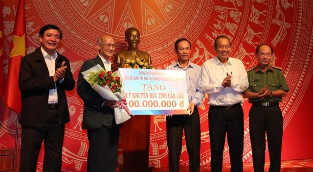 Phó Thủ tướng Thường trực Chính phủ Trương Hòa Bình trao học bổng cho Quỹ khuyến học tỉnh Đắk Lắk