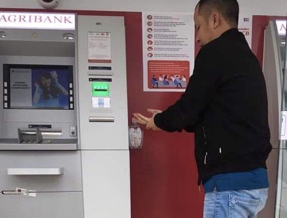 Agribank Đắk Lắk trang bị dung dịch sát khuẩn tại cây ATM