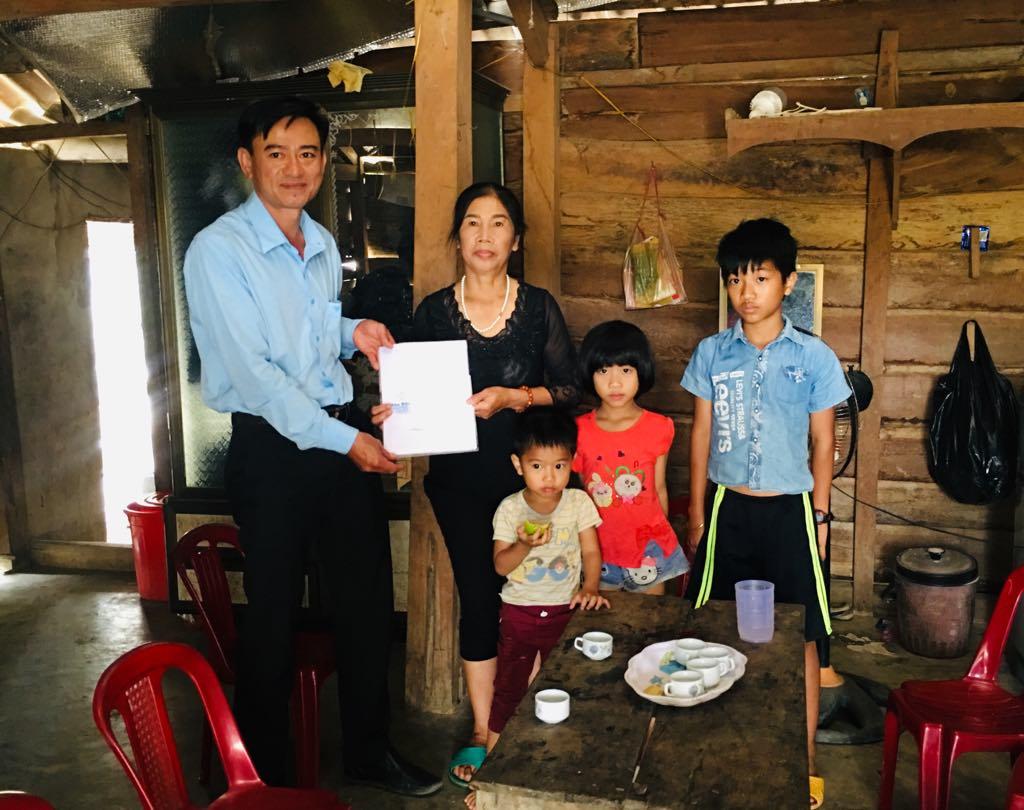 Trao hỗ trợ cho gia đình có hoàn cảnh khó khăn tại xã Cư Prao, huyện M'Đrắk