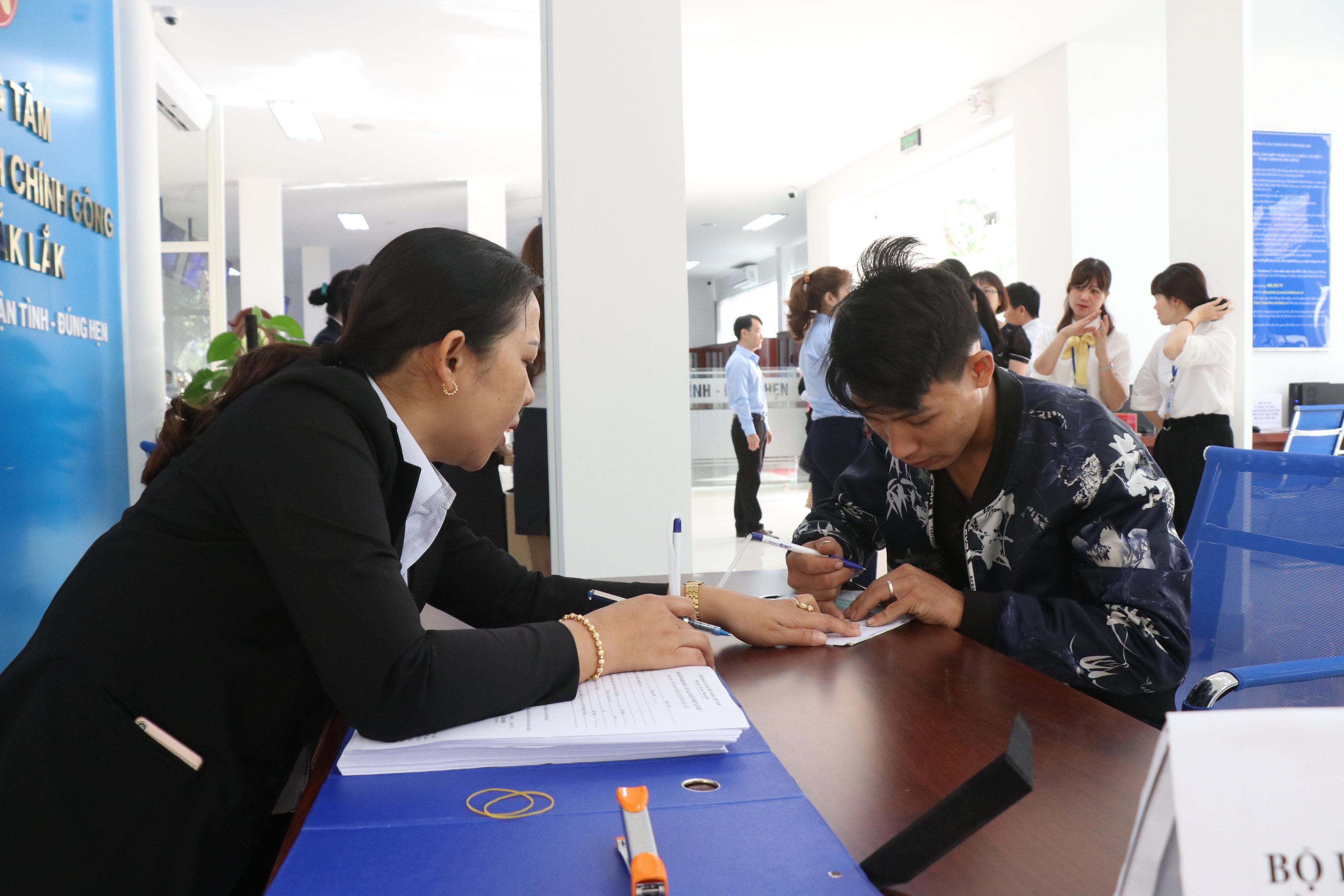 UBND tỉnh yêu cầu tăng cường sử dụng dịch vụ công trực tuyến mức độ 3, mức độ 4 và tiếp nhận hồ sơ, trả kết quả giải quyết TTHC qua dịch vụ bưu chính công ích
