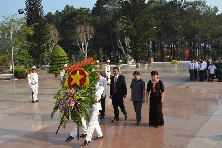 Đại biểu HĐND tỉnh viếng Nghĩa trang Liệt sỹ tỉnh trước Kỳ họp thứ 12 HĐND tỉnh khóa VIII.
