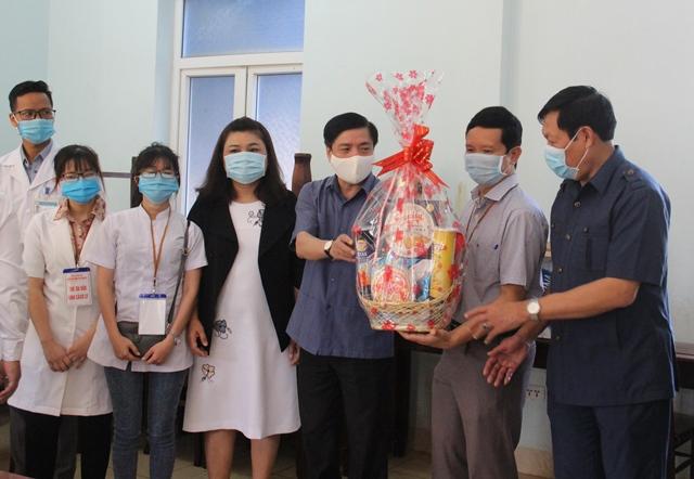 Thứ trưởng Bộ Y tế Đỗ Xuân Tuyên thăm khu cách ly tại phường Tân Lợi, TP. Buôn Ma Thuột
