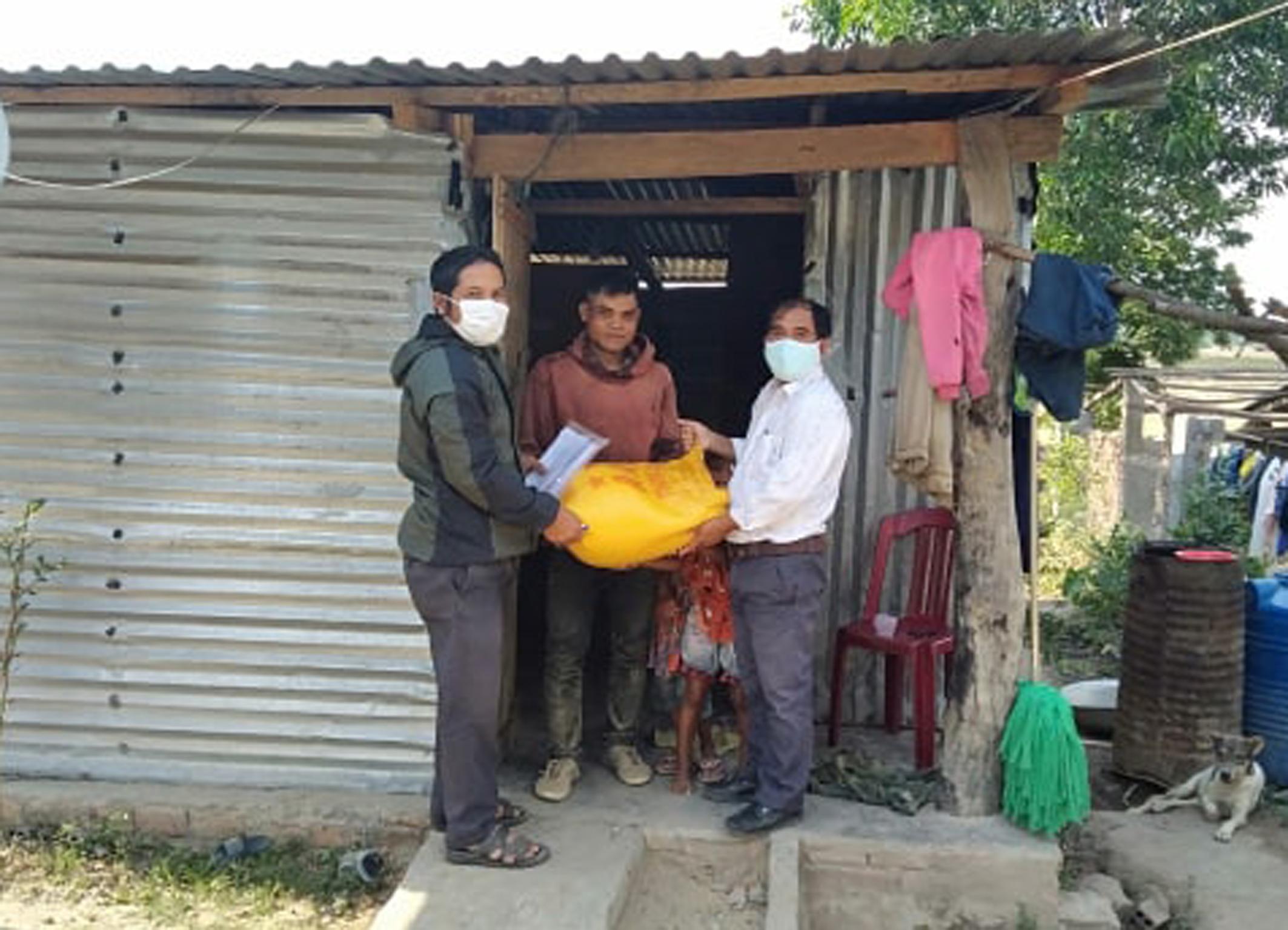 Hỗ trợ gạo cho người dân gặp khó khăn do dịch bệnh Covid - 19