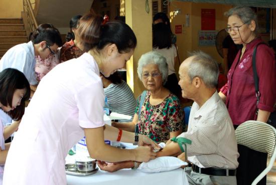 Chăm sóc sức khỏe và khám sức khỏe định kỳ cho người cao tuổi
