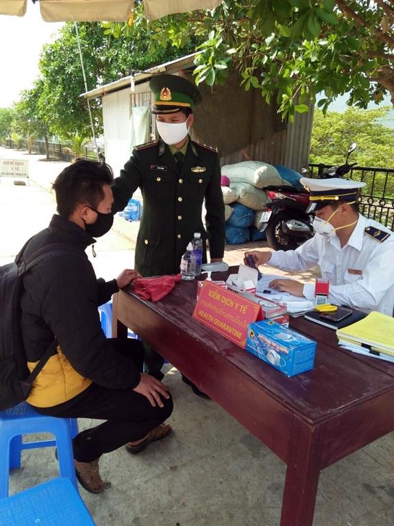 Chỉ đạo các tổ chống dịch Covid-19 tại thôn, buôn, tổ dân phố tiến hành hướng dẫn kê khai y tế và cập nhật sức khỏe hàng ngày