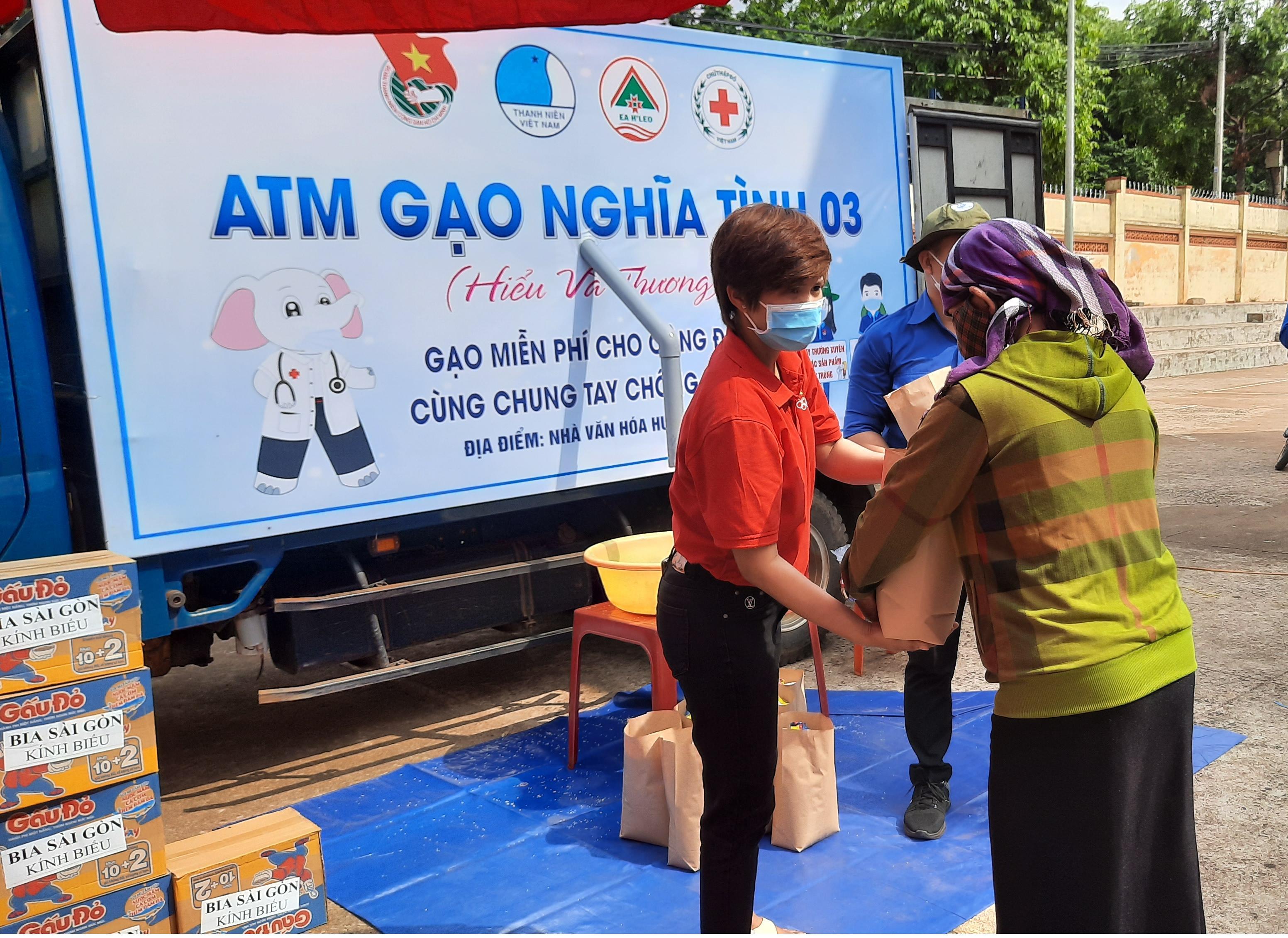 Huyện đoàn Ea H'Leo cấp phát 1,5 tấn gạo hỗ trợ gia đình khó khăn do ảnh hưởng dịch bệnh Covid-19
