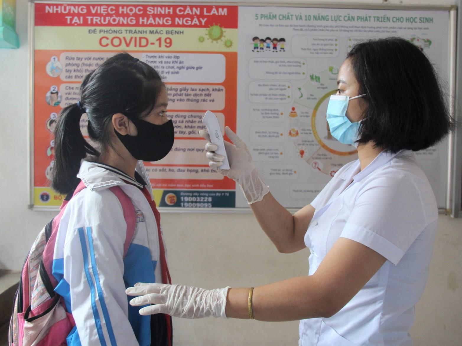 Học sinh đi học trở lại sau kỳ nghỉ dài phòng dịch Covid-19