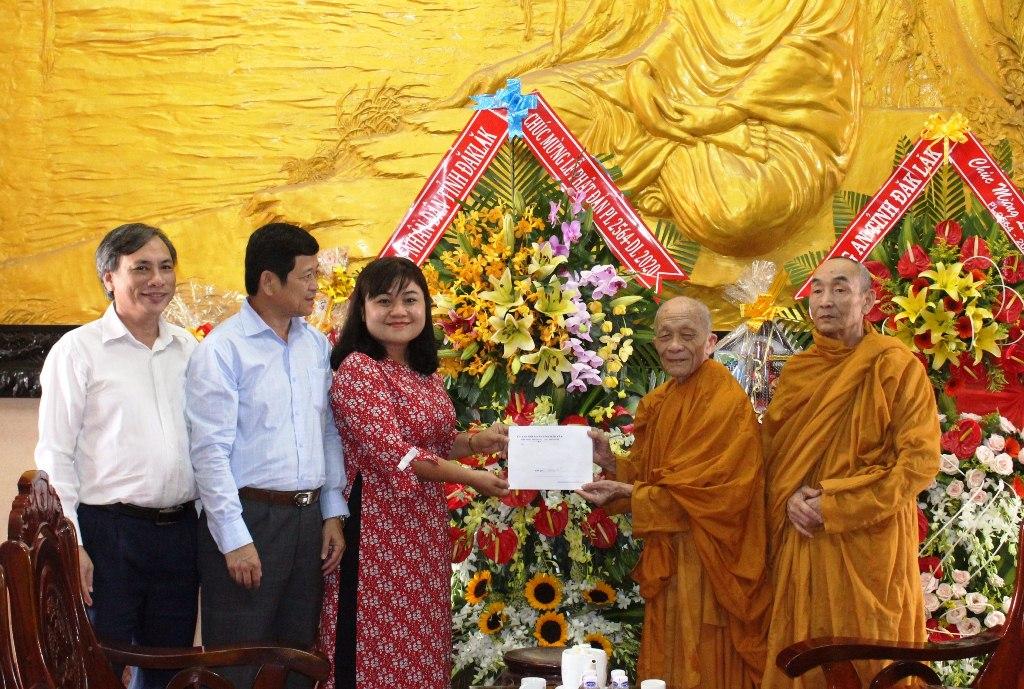 Phó Chủ tịch UBND tỉnh H'Yim Kđoh thăm, chúc mừng các cơ sở Phật giáo nhân Đại lễ Phật đản