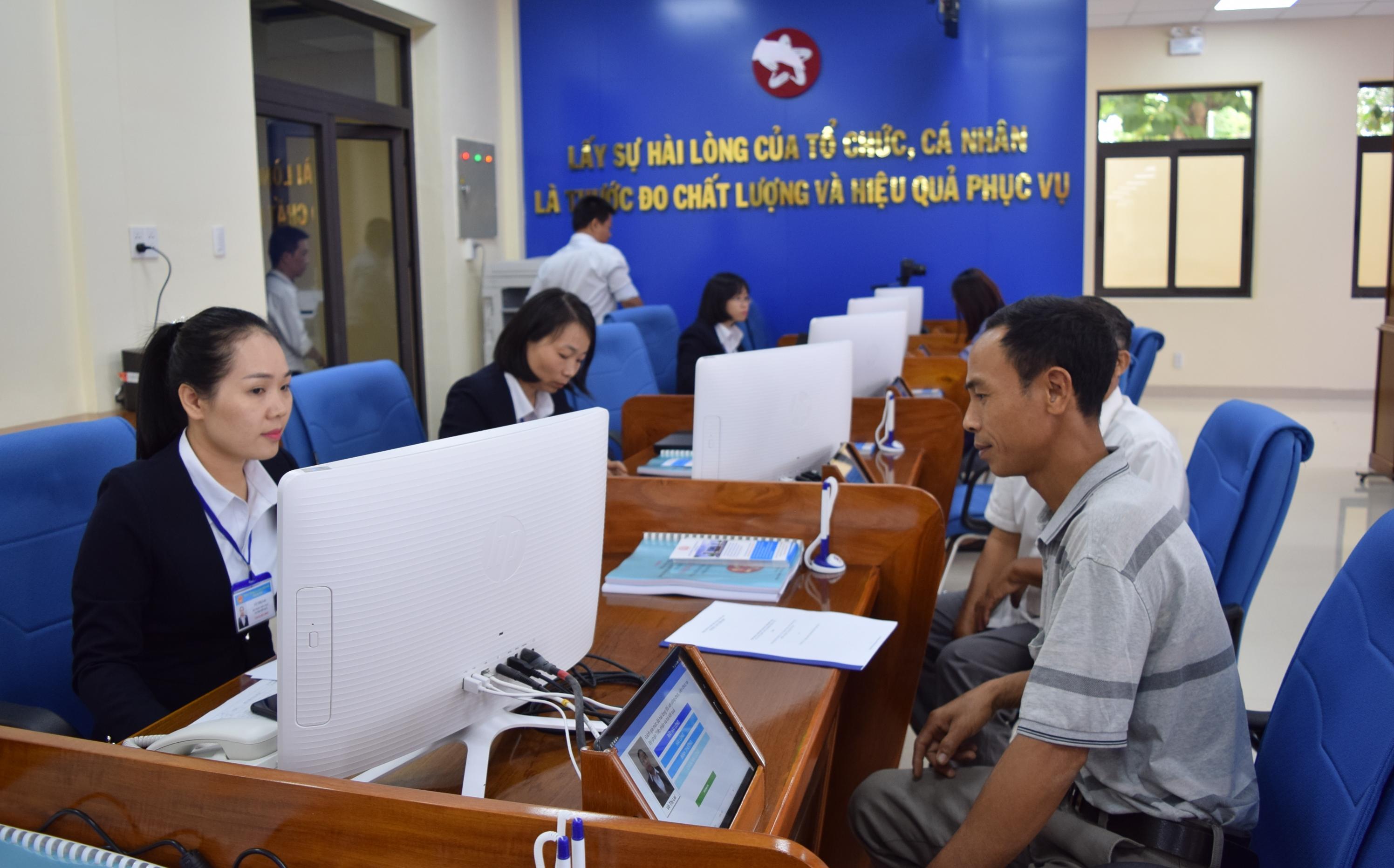 Tiếp nhận và trả kết quả giải quyết thủ tục hành chính các lĩnh vực: Nội vụ, Giáo dục và Đào tạo, Tài chính, Tư pháp tại Trung tâm Phục vụ hành chính công tỉnh.
