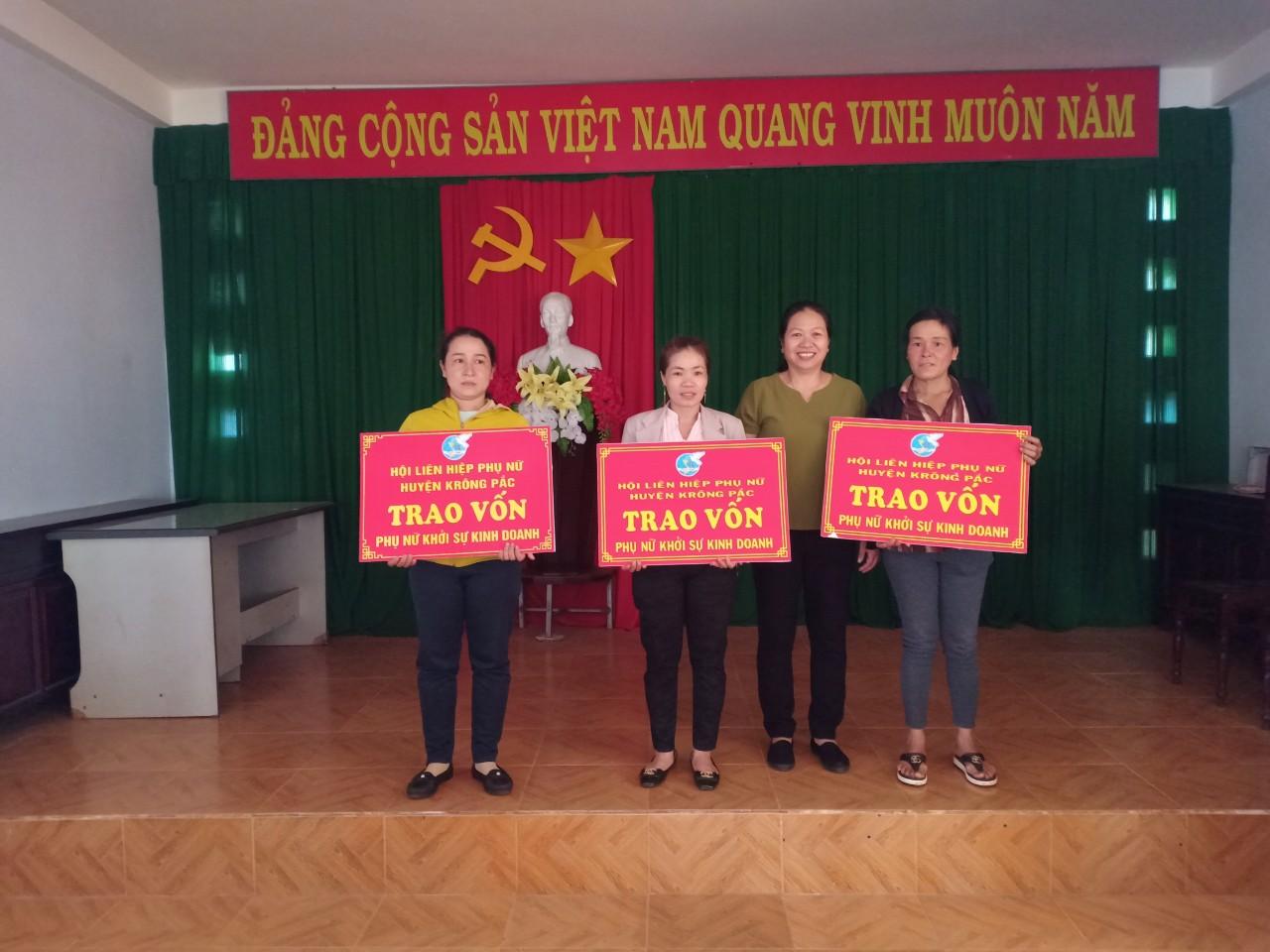 Trao vốn khởi nghiệp, khởi sự kinh doanh cho hội viên phụ nữ thị trấn Phước An, huyện Krông Pắk