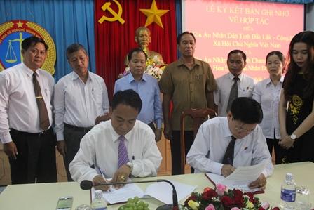Toà án nhân dân tỉnh Chăm Pa Sắc - Cộng hoà dân chủ nhân dân Lào ký biên bản ghi nhớ về hợp tác với TAND tỉnh Đắk Lắk