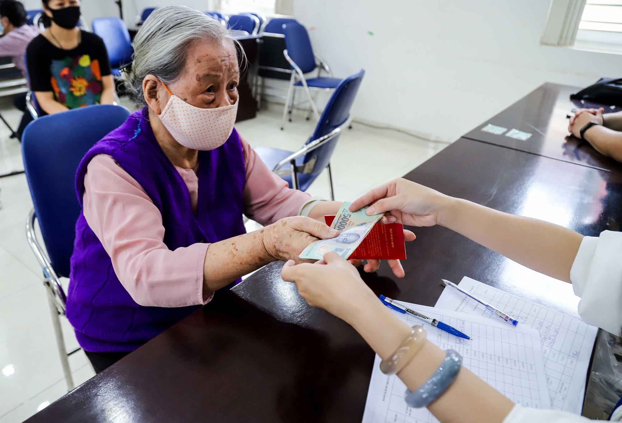 Quyết định về việc phê duyệt danh sách hỗ trợ người thuộc hộ nghèo, hộ cận nghèo gặp khó khăn do đại dịch Covid-19 của huyện Krông Búk, tỉnh Đắk Lắk.