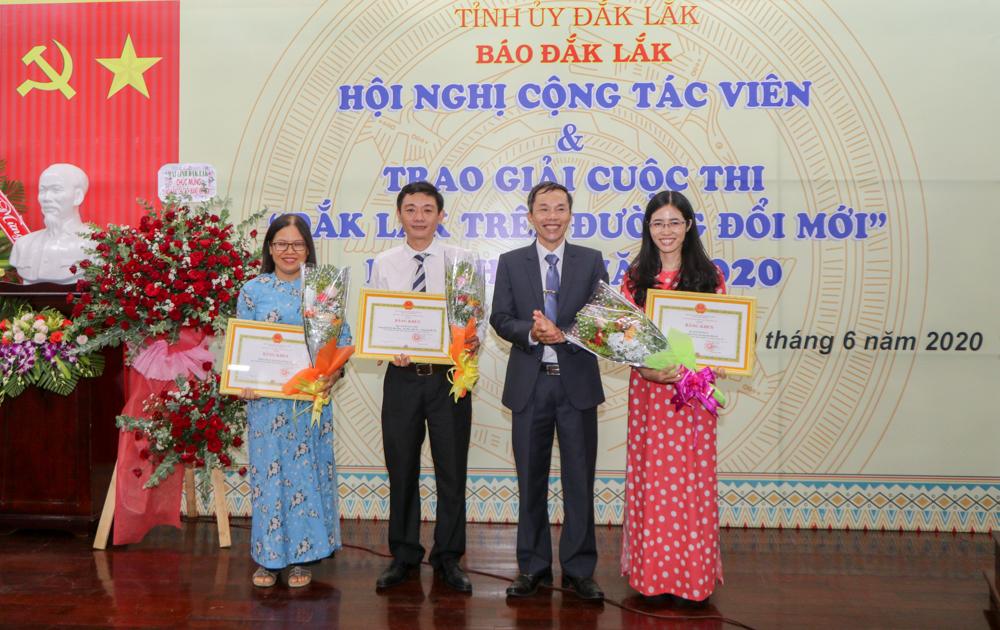 """Hội nghị cộng tác viên và trao giải cuộc thi """"Đắk Lắk trên đường đổi mới"""" lần thứ I"""