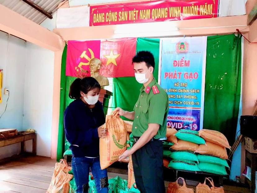 Phê duyệt danh sách hỗ trợ người thuộc hộ nghèo, hộ cận nghèo gặp khó khăn do đại dịch Covid-19 của huyện Ea Súp, tỉnh Đắk Lắk