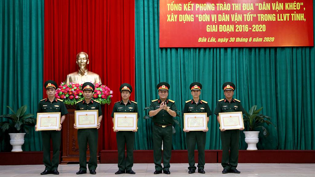 """Biểu dương 05 tập thể tiêu biểu trong phong trào thi đua """"Dân vận khéo"""", xây dựng """"Đơn vị dân vận tốt"""" trong Lực lượng vũ trang tỉnh"""