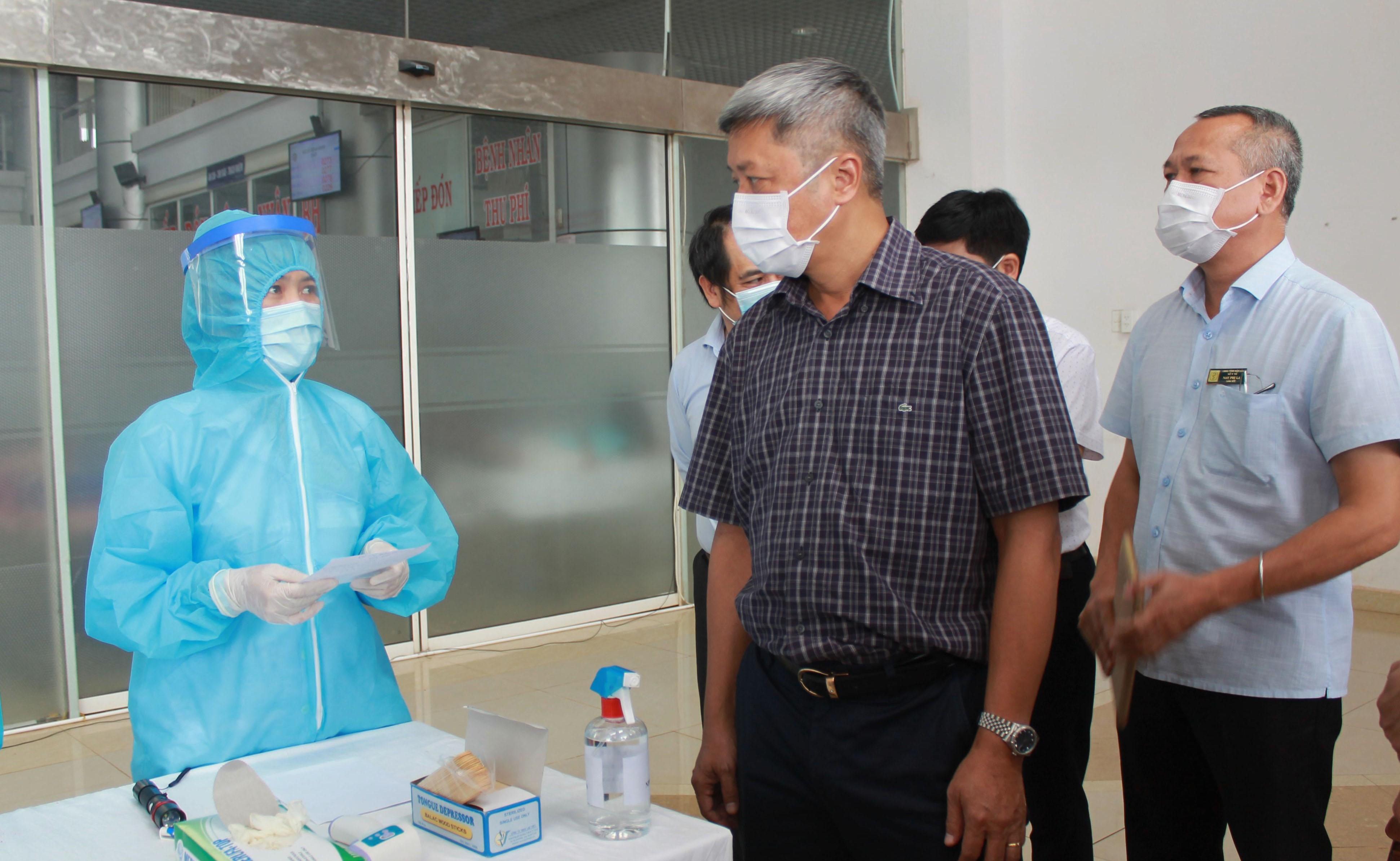 Thứ trưởng Bộ Y tế Nguyễn Trường Sơn thăm và làm việc tại Bệnh viện Đa khoa vùng Tây Nguyên