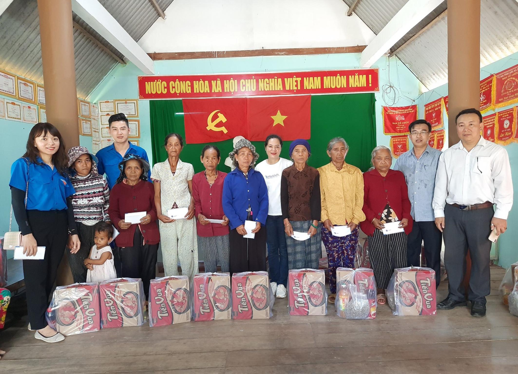Văn phòng Tỉnh ủy thăm và tặng quà cho các gia đình chính sách