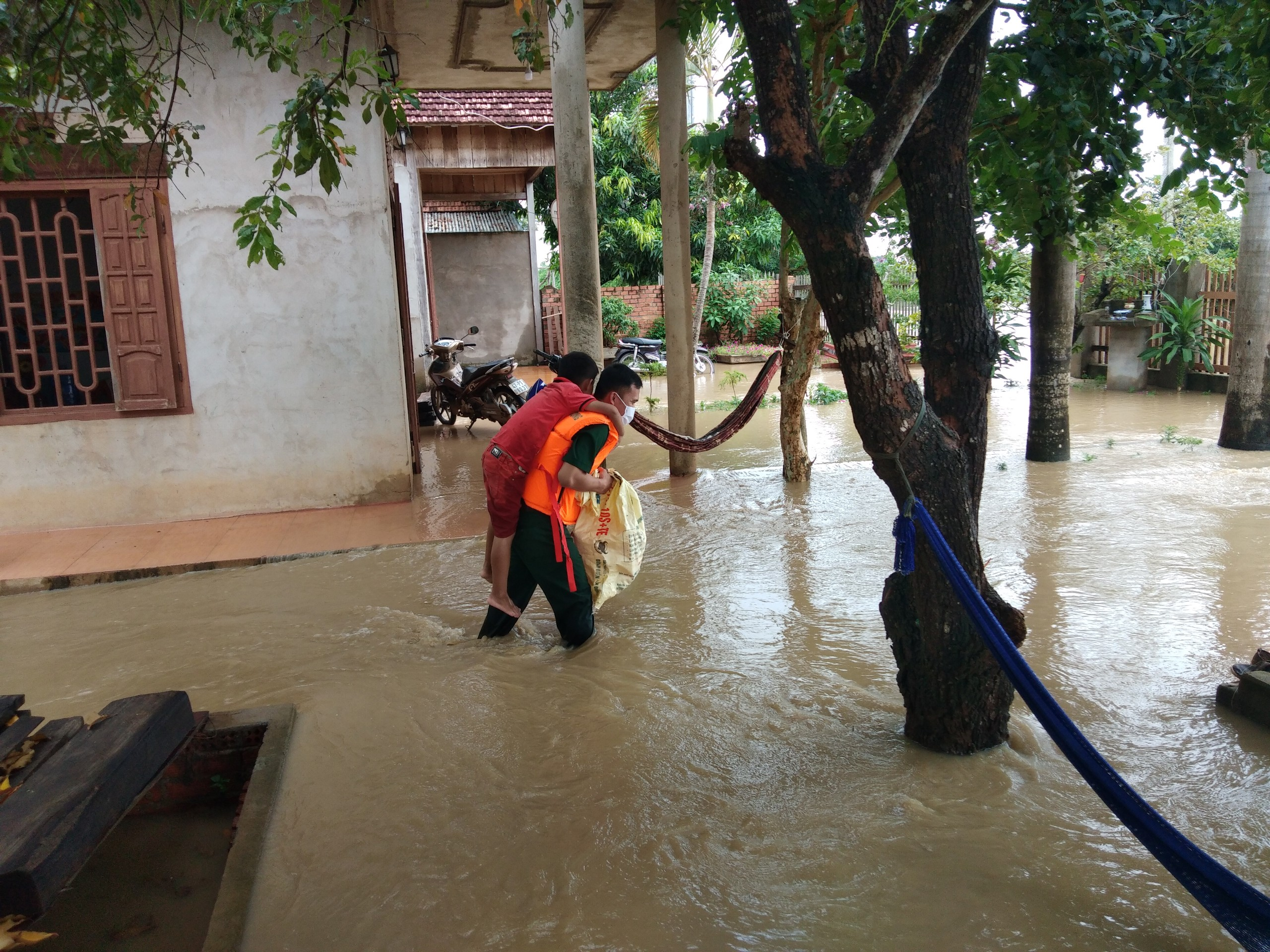 Bộ đội Biên phòng Đắk Lắk kịp thời triển khai lực lượng giúp dân sơ tán người và tài sản do mưa lũ.