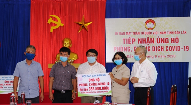 Ủy ban Mặt trận Tổ quốc Việt Nam tỉnh tiếp nhận kinh phí ủng hộ phòng, chống dịch Covid -19