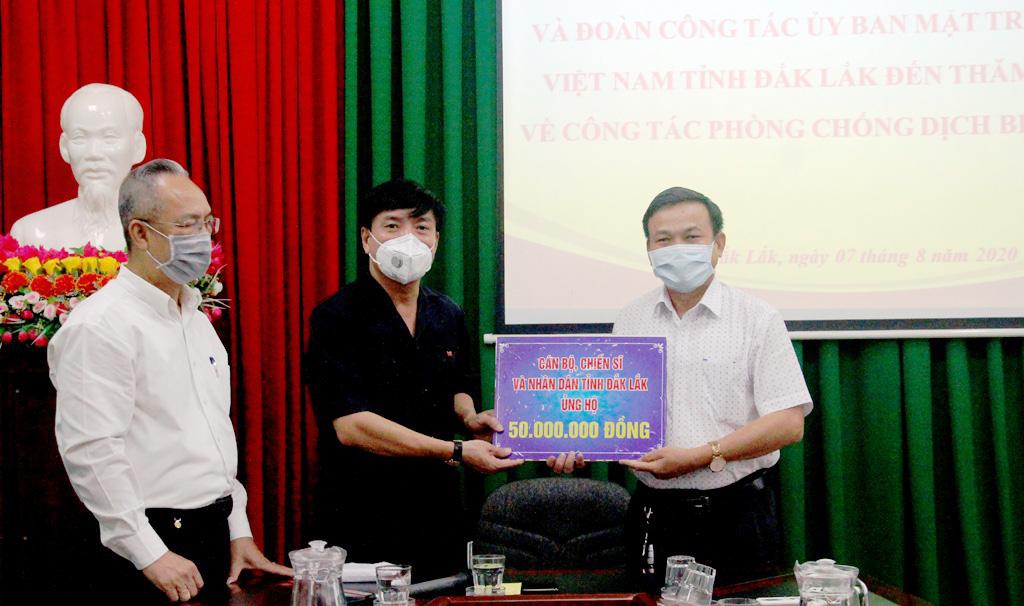 Bí thư Tỉnh ủy thăm, tặng quà đội ngũ nhân viên y tế và người cách ly tập trung phòng chống dịch Covid-19
