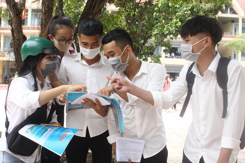 Thí sinh hoàn thành bài thi tổ hợp Khoa học tự nhiên và Khoa học xã hội