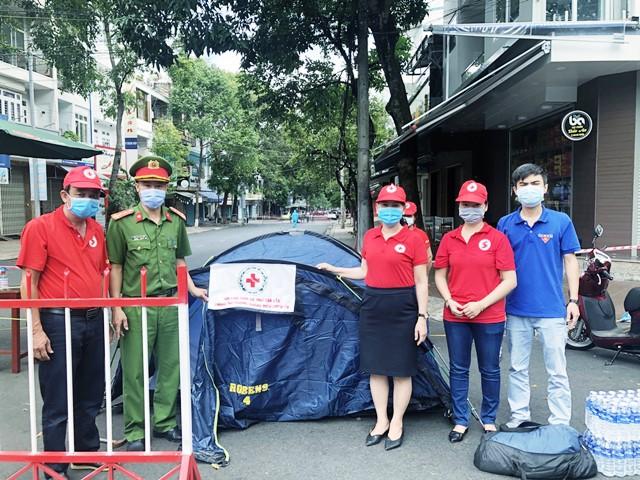 Hội Chữ thập đỏ tỉnh thăm, tặng quà trung tâm cách ly và các điểm chốt phòng chống dịch Covid-19